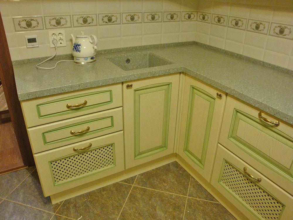 белая кухня с зеленой патиной картинки первую очередь